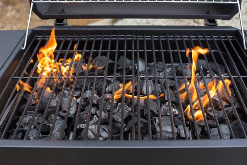 Rejilla de la parrilla de la barbacoa Bbq, fuego, carbón de leña foto de archivo