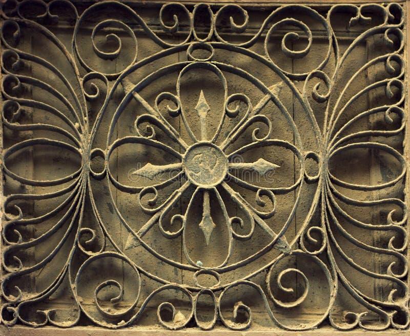 Rejilla de la ventana del hierro oxidado viejo en una pared de piedra Foto de España foto de archivo