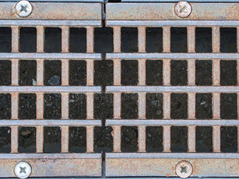 Rejilla del dren del metal Limpie la calle de la ciudad imagen de archivo libre de regalías
