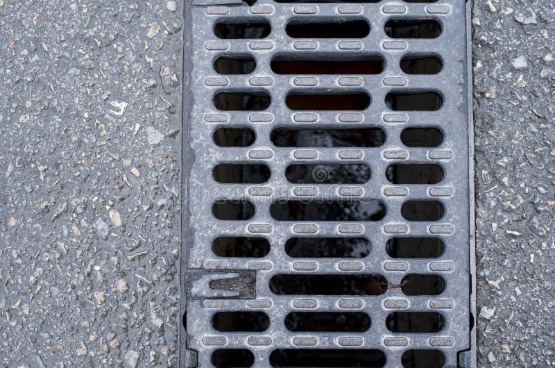 Rejilla linear del dren del foso en la calle imagen de archivo