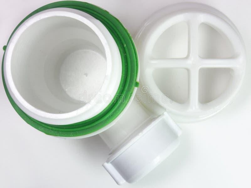 Rejilla plástica para el dren para el agujero del fregadero Un fragmento de la d fotografía de archivo