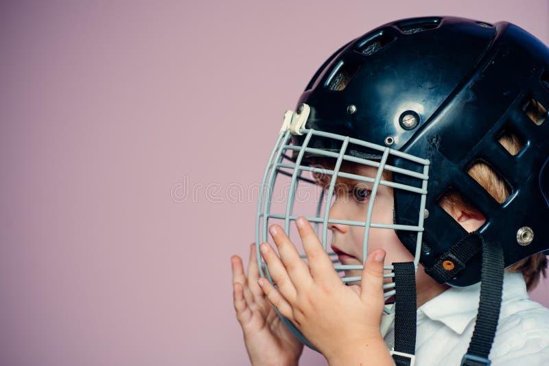 Rejilla protectora en cara Equipo de deporte Casco del hockey o del rugbi Ni?ez del deporte Estrella de deporte futura Educaci?n  fotos de archivo