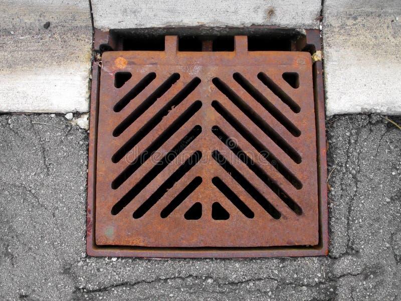Rejilla que cubre un dren de la alcantarilla de la tormenta. foto de archivo libre de regalías