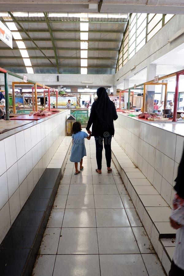 Rejowinangun Magelang, Indonesien - 24 mars 2019: matcha modern och barnet, när shoppa i traditionella marknader arkivbilder
