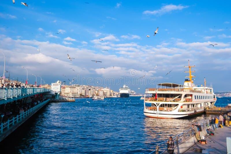 Rejsów promy w Eminonu porcie blisko Yeni Cami i Galata mosta fotografia stock