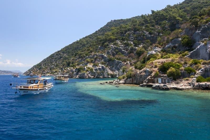 Rejs łodzie żeglują za sekcją Zapadnięty miasto na Kekova wyspie w Turcja obrazy stock