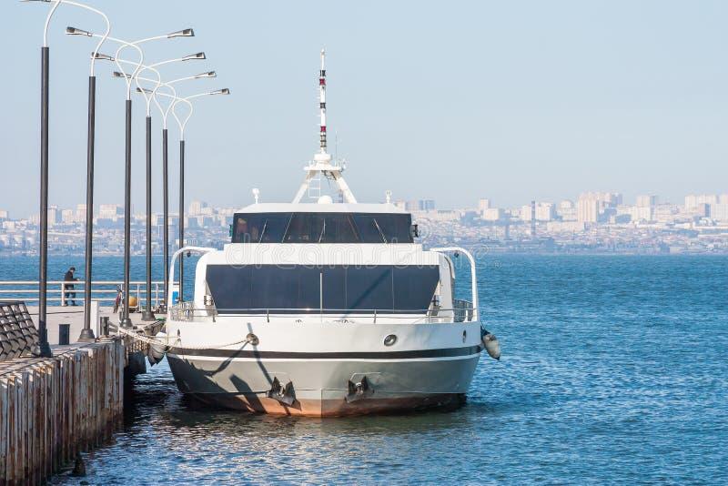 Rejs przyjemności łodzi stojaki na molu w przesyłają zatoki czekać na pasażerów Baku zatoka Azerbejdżan obrazy royalty free