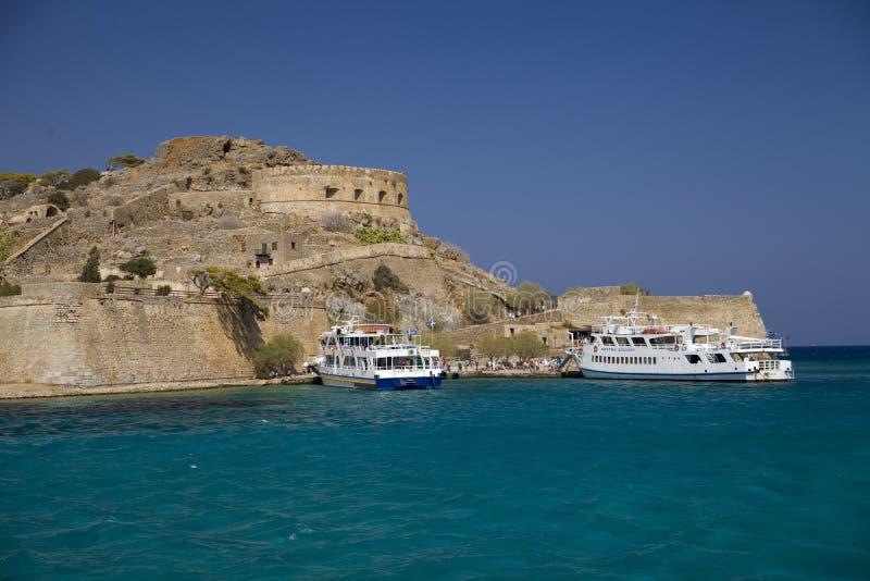 Rejs wyspa Spinalonga Mała łódka na błękitnej lagunie Spinalonga forteca na wyspie Crete, Grecja fotografia royalty free