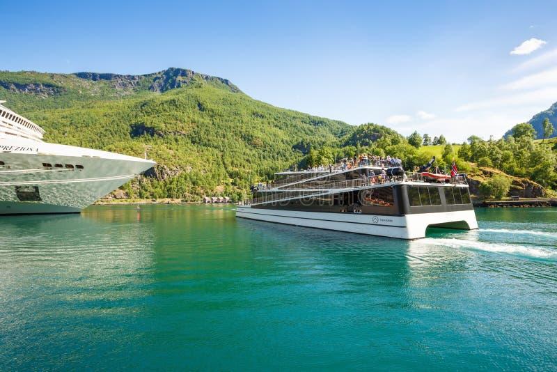 Rejsu catamaran i liniowiec zdjęcie stock