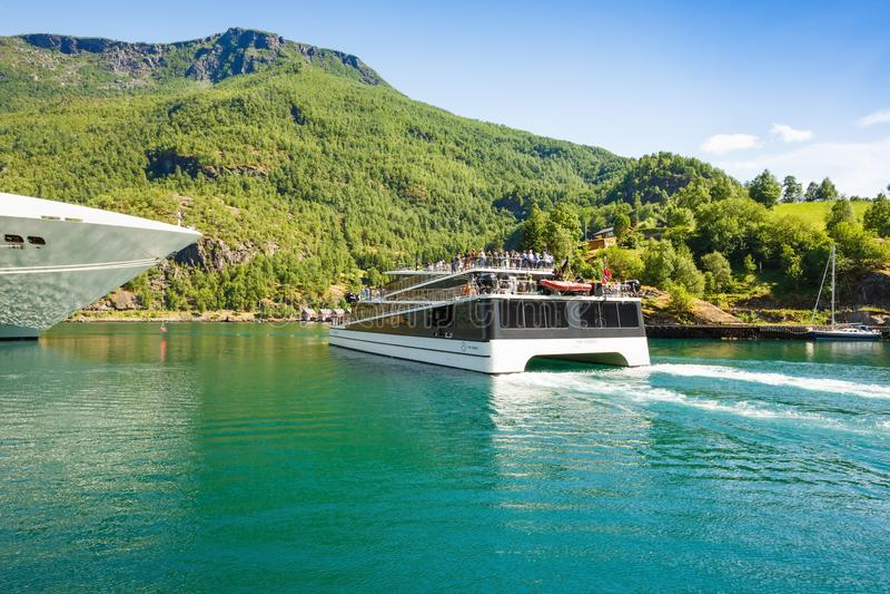 Rejsu catamaran i liniowiec zdjęcia royalty free