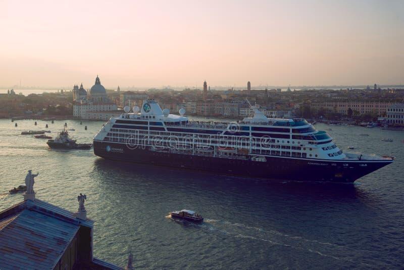 Rejsu liniowiec «Azamara poszukiwanie «w San Marco zatoce Wenecja fotografia stock