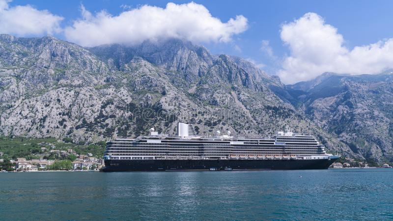 Rejsu liniowiec w adriatic oceanie przeciw zdjęcie stock