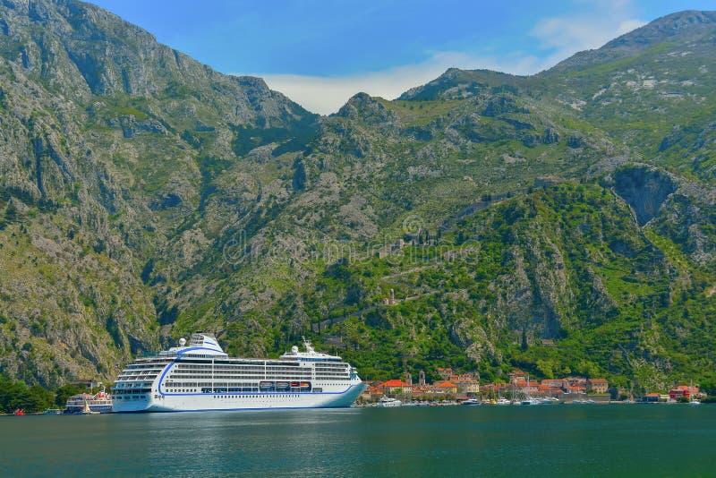 Rejsu liniowiec w Kotor zatoce, Montenegro zdjęcia royalty free