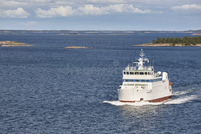 Rejsu naczynie na morzu bałtyckim Aland wyspy linia brzegowa Finlandia obraz stock