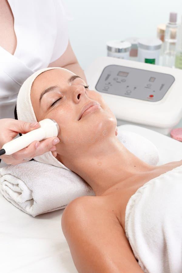 Rejuvenating Behandlung der Haut am Schönheitswohnzimmer stockfotos