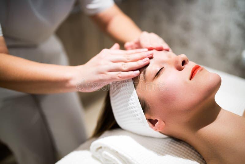 Rejuvenescendo a massagem de relaxamento pelo massagista imagem de stock