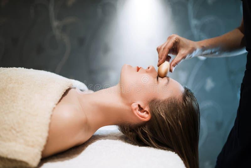 Rejuvenescendo a massagem de relaxamento pelo massagista foto de stock royalty free