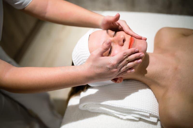 Rejuvenescendo a massagem de relaxamento pelo massagista imagens de stock royalty free