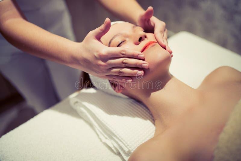 Rejuvenescendo a massagem de relaxamento pelo massagista imagem de stock royalty free