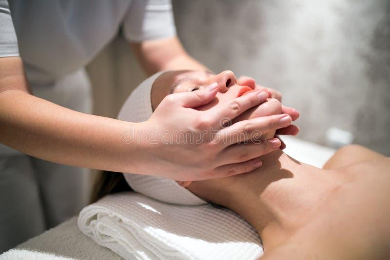 Rejuvenescendo a massagem de relaxamento pelo massagista imagens de stock
