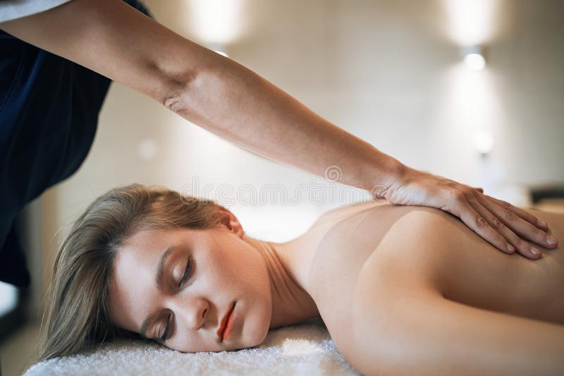 Rejuvenescendo a massagem de relaxamento pelo massagista fotografia de stock