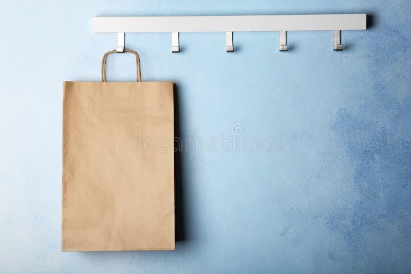 Rek met document het winkelen zak royalty-vrije stock afbeeldingen