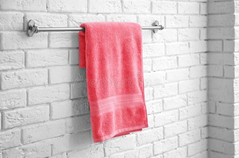 Rek met schone zachte handdoek royalty-vrije stock afbeelding