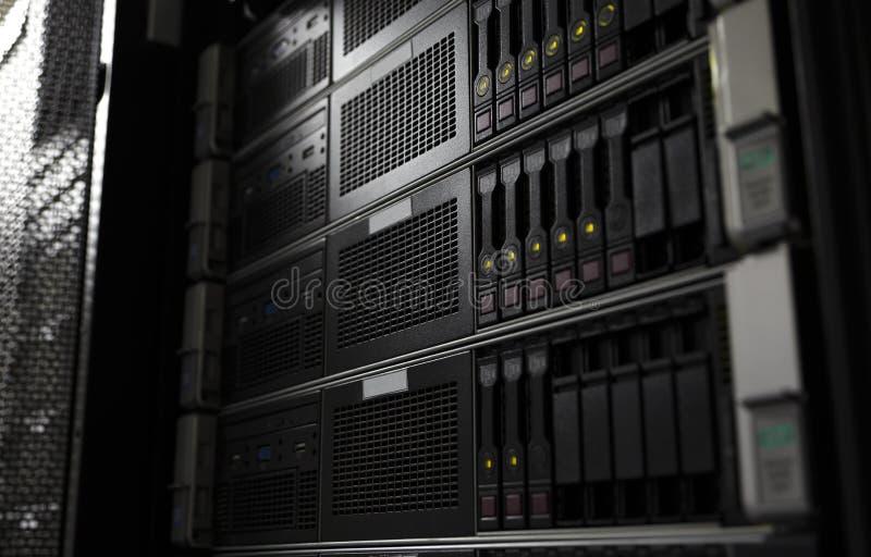 Rek opgezette van het bladservers van de systeemopslag selectieve nadruk als achtergrond stock afbeelding