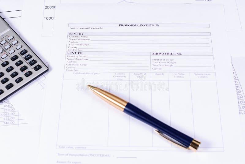 Rekening, calculator en pen op de lijst stock afbeeldingen