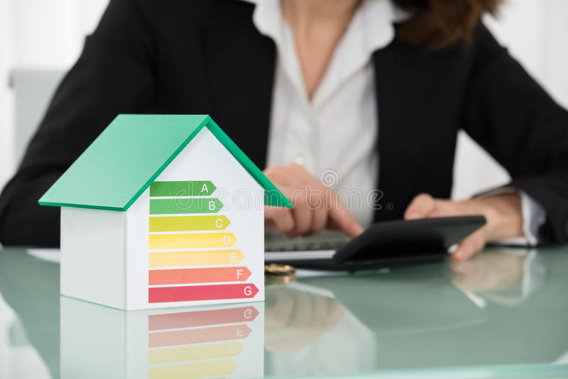 Rekening met Euro Muntstukken en Energierendement Rate On Desk stock fotografie