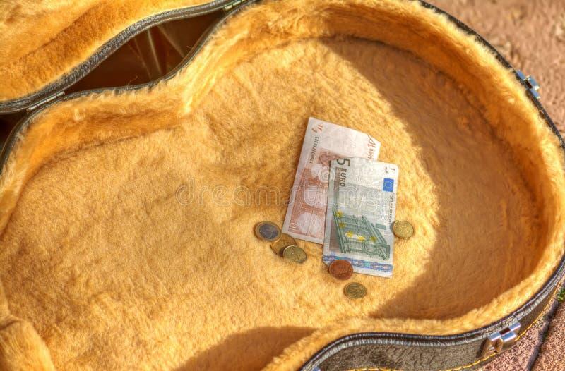 Download Rekeningen En Muntstukken In Een Gitaargeval In De Straat Stock Foto - Afbeelding bestaande uit speler, instrument: 54080620