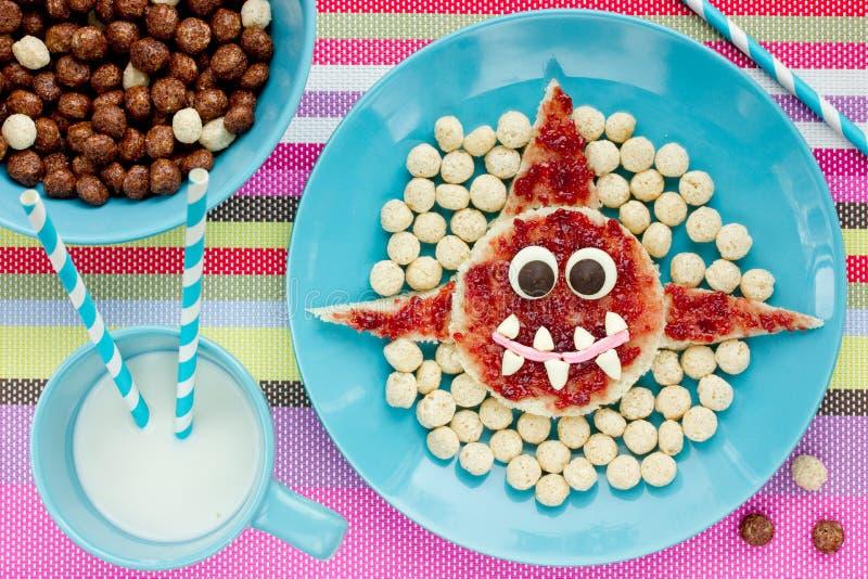 Rekin grzanka z dżemu i zboża piłkami dla kreatywnie dzieciaków breakfas obraz royalty free