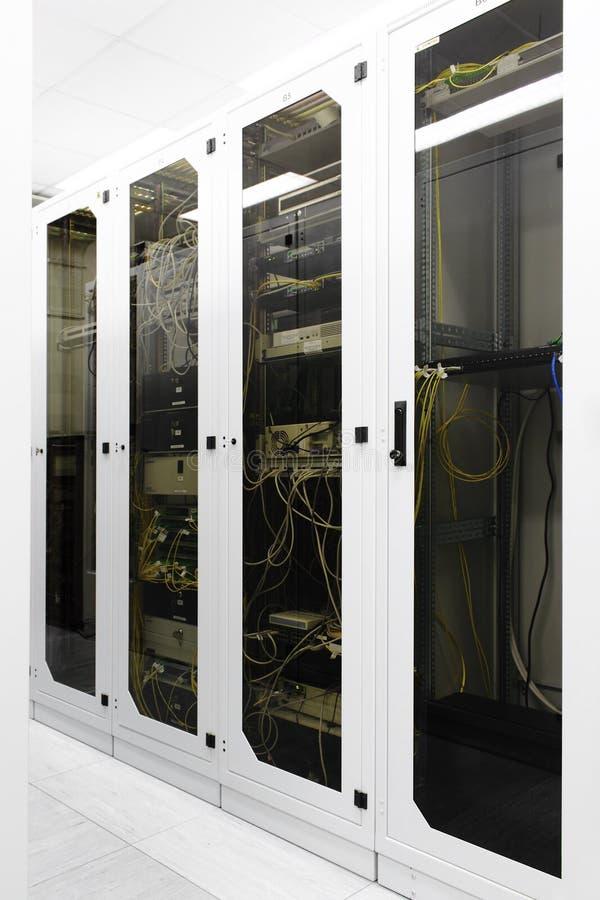 Rekken met netwerkapparatuur stock foto