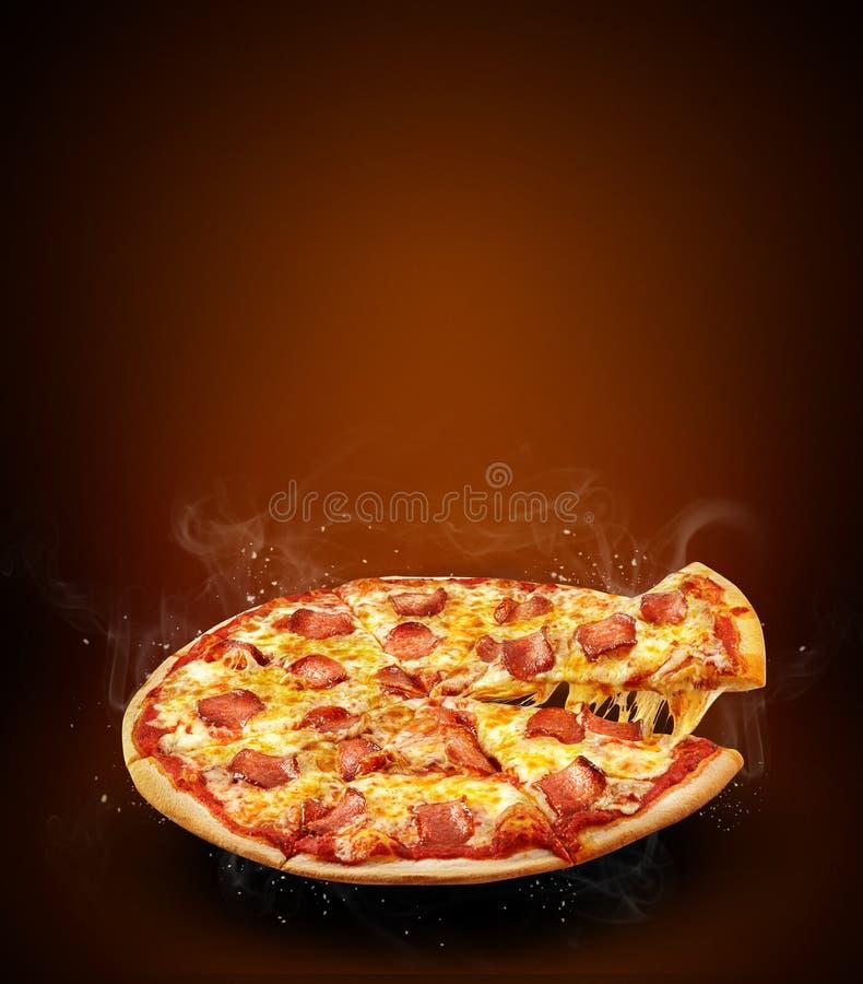 Reklamblad och affisch för begrepp befordrings- för pizzeriameny med den läckra smakpizzapeperonin, mozzarellaost och kopieringsu royaltyfri foto