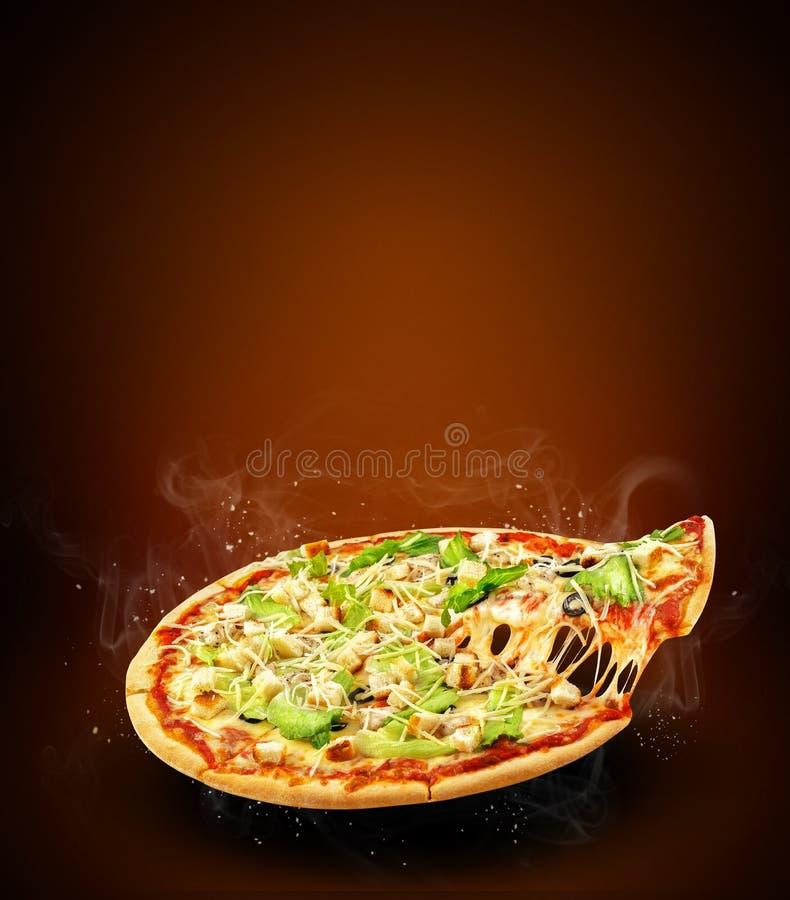 Reklamblad och affisch för begrepp befordrings- för pizzeriameny med läcker smakpizzaCaesar sallad, mozzarellaost och kopieringsu royaltyfria foton
