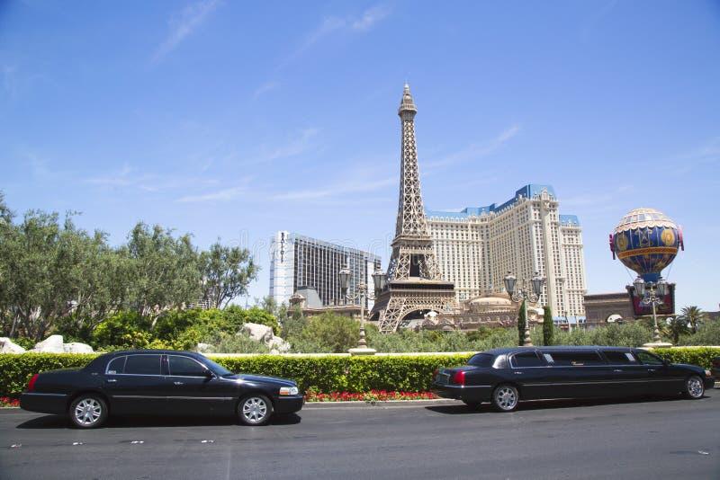 Reklimousines in de voorzijde van het Hotel & het Casino van Parijs stock foto