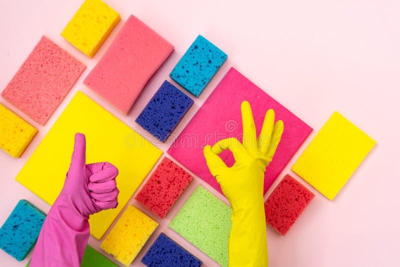 Reko-tecken och tumme upp tecken mot färgrika rengörande objekt fotografering för bildbyråer