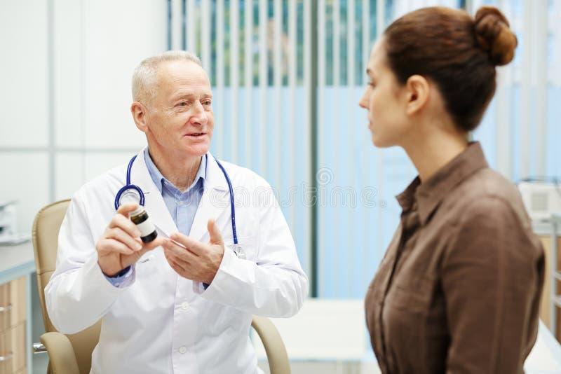 Rekommenderande medicin för kvalificerad doktor royaltyfri bild