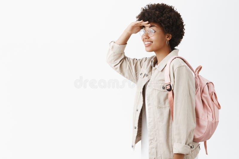 Rekonesansowi nowi horyzonty Portret kreatywnie i budzący emocje elegancki ciemnoskóry żeński uczeń z afro fryzurą zdjęcie royalty free
