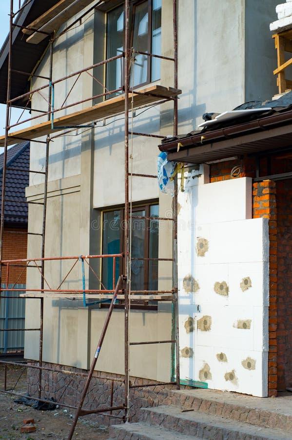 Rekonstruktion av det privata huset som installerar termisk isolering f royaltyfria foton