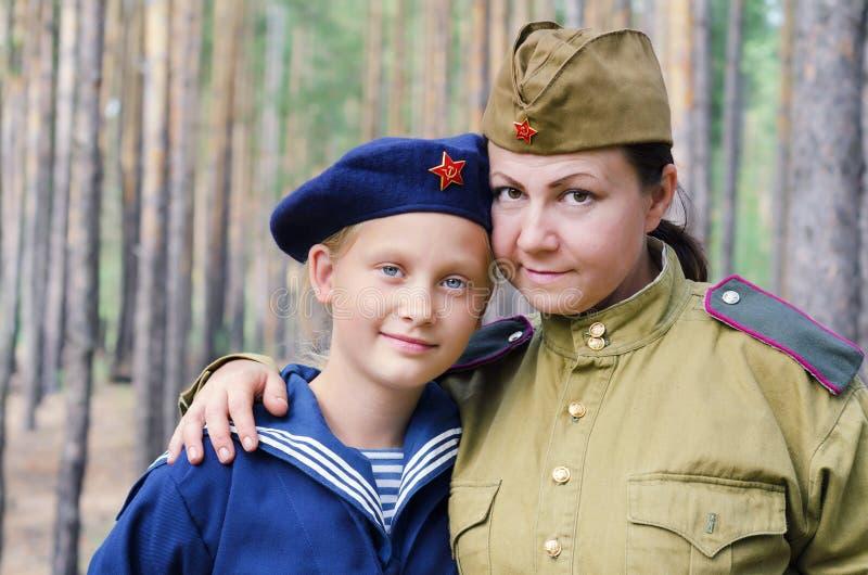 Rekonstruktion av händelserna av världskrig II, Ryssland, Dimitrovgrad, 26 Augusti 2017 Stående av en kvinna och lite en flicka arkivbild