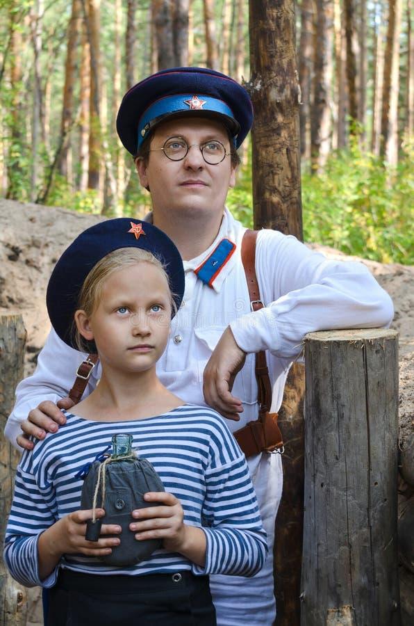 Rekonstruktion av händelserna av världskrig II, Ryssland, Dimitrovgrad, 26 Augusti 2017 Stående av en man och lite en flicka in arkivbild