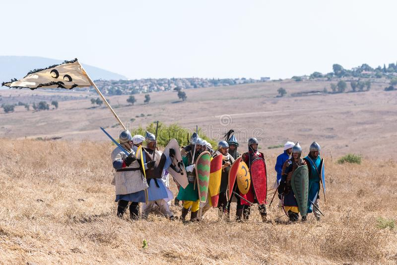 Rekonstruktion av horn av den Hattin striden i 1187 Infanteri för Saladin ` s flyttar sig i stridbildande längs slagfältet in mot arkivbild