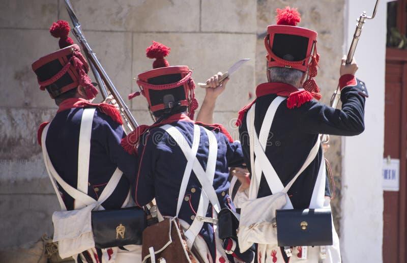 Rekonstruktion der napoleonischen Armee Napoleonische Armee nähert sich dem Graben stockfotografie