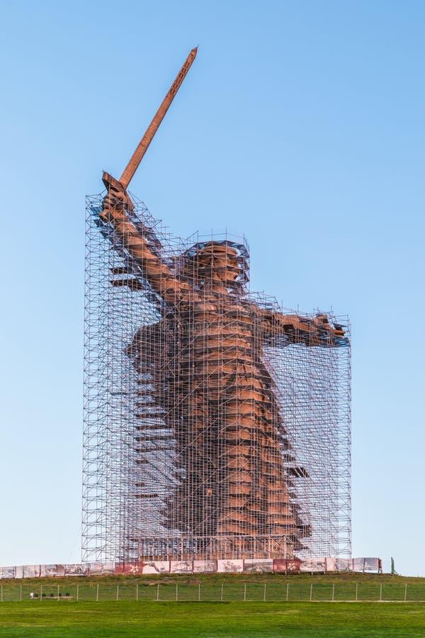 Rekonstruktion der Statue die Mutterlands-Anrufe auf Mamayev Kurgan in Wolgograd, die höchste Skulptur einer Frau in der Welt, m lizenzfreies stockfoto