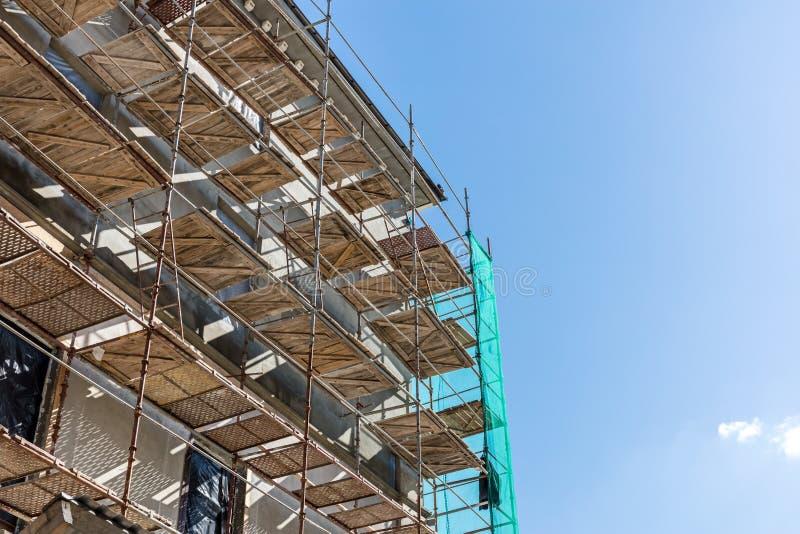 Rekonstruktion des alten Stadtgebäudes Baugerüst nahe dem Aufbau von f lizenzfreie stockfotos