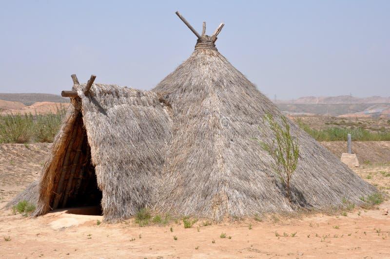 Rekonstruktion des neolithischen Hauses stockfotos