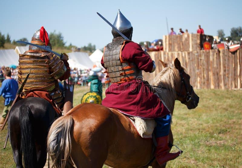 rekonstruktion Land Mittelalterliche Ritter whith Lanze auf Pferd von der Fantasie Reitersoldaten in den historischen Kostümen stockbild