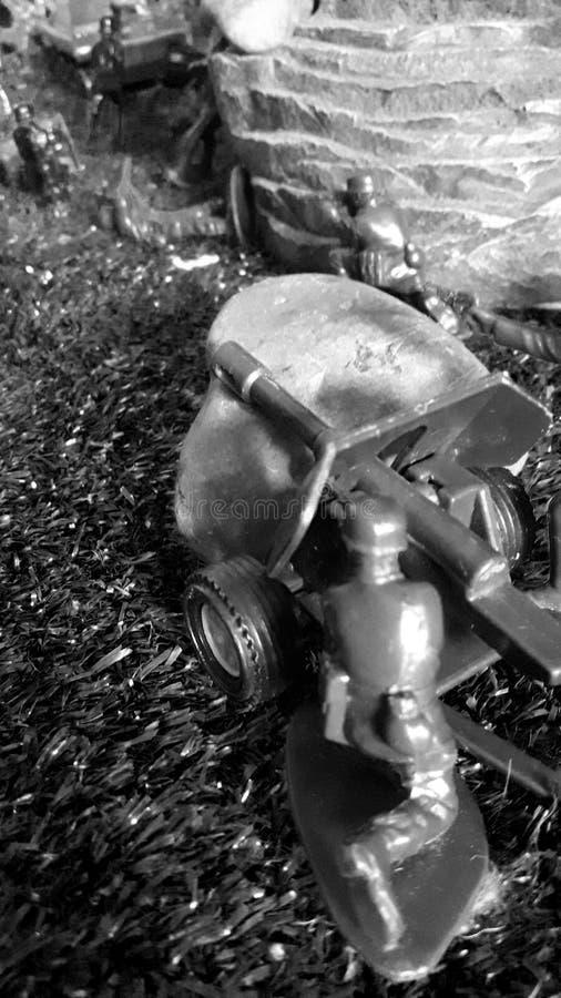 Rekonstruktion strid, v?rldskrig II, kanon, sten, artillerist som ?r tysk arkivfoto