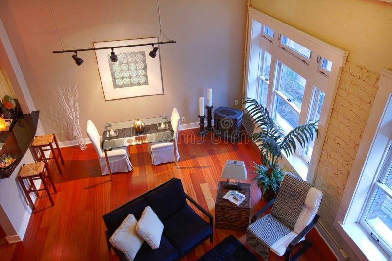 Rekonstruujący nowożytny żywy pokój. Panoramiczny widok obraz royalty free